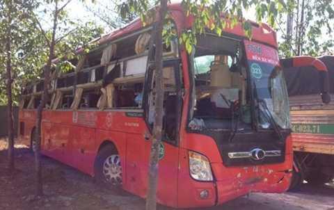 Sáng 12-12, xe khách gặp nạn được kéo lên để lực lượng chức năng điều tra nguyên nhân - Ảnh: Th.Trí