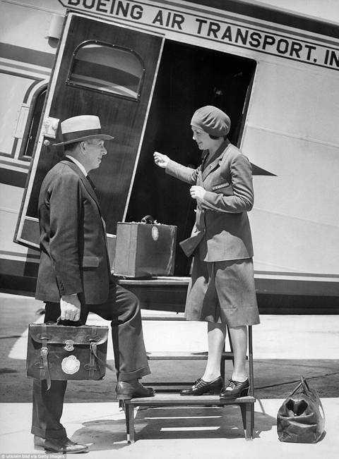 Nữ tiếp viên Ellen Church chào đón khách lên máy bay Boeing 80A. Ban đầu, cô làm việc như một y tá góp phần ổn định tinh thần cho hành khách trên chuyến bay.