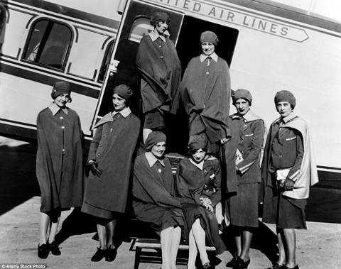 Các nữ tiếp viên hàng không thế hệ đầu tiên của hãng United Airlines chụp ảnh bên chiếc Boeing có 3 động cơ. Đây là những tiếp viên được Ellen Church lựa chọn. Họ thực hiện chuyến bay đầu tiên năm 1930 với chặng bay từSan Francisco đến Cheyenne, Wyoming, và từ Cheyenne tới Chicago