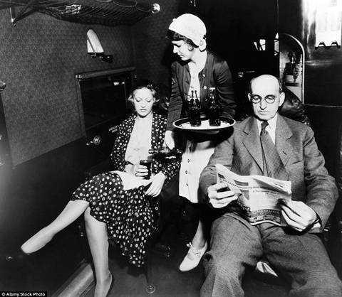Bức ảnh chụp năm 1931, một tiếp viên nữ mời khách dùng đồ uống trên chuyến bay.