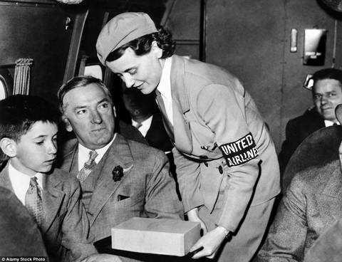 Ảnh chụp năm 1934, khi một nữ tiếp viên hàng không của United Airlines đang nói chuyện với hành khách là Thị trưởng Boston vào thời điểm đó James Curley. Sau này ông là Thống đốc bang Massachusets