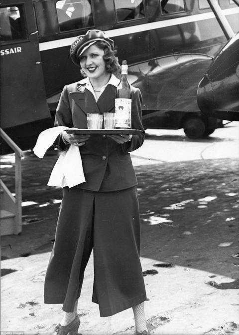 Một nữ tiếp viên của hãng SwissAir đứng ở sân bay tại Berlin. Cô chụp bên cạnh máy bay Curtiss T-32 Condor. Đây là máy bay đầu tiên của châu Âu có 1 tiếp viên hàng không.
