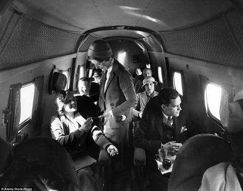 Ảnh chụp bên trong máy bay Boeing của United Airlines hồi năm 1935. Lúc đó máy bay vẫn còn lối đi hẹp và số ghế rất ít.