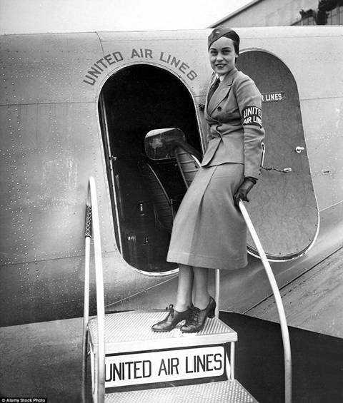 Nữ tiếp viênAgnes Hurt chụp ảnh ở lối lên máy bay của hãng United Airlines năm 1935.