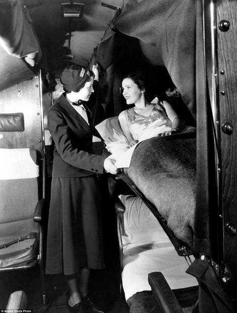Một tiếp viên hãng American Airlines hỏi han hành khách trên chuyến bay năm 1935