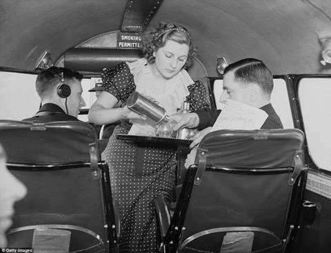 Nữ tiếp viênDaphne Kearley rót nước cho khách.