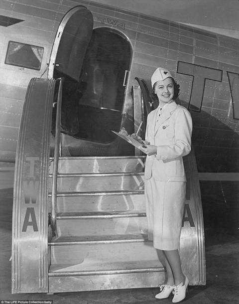 Nữ tiếp viên của hãng Trans World Airlines bên ngoài máy bay năm 1937.