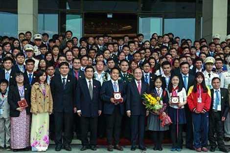 Chủ tịch Quốc hội Nguyễn Sinh Hùng cùng Đoàn đại biểu Tài năng trẻ toàn quốc. Ảnh: CAND