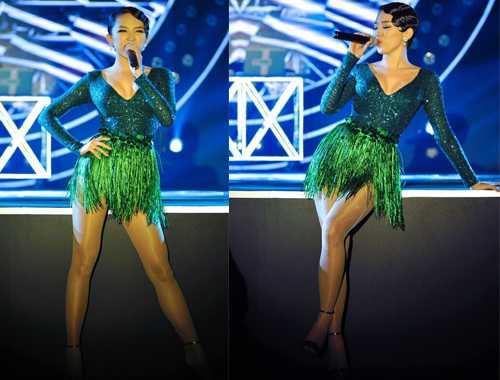 Trong khi đó, trang phục của Tóc Tiên vừa có màu xanh tươi mát của Giáng Sinh vừa có độ lấp lánh của sequin khiến cô nổi bật trên sân khấu của Lễ trao giải POPS Awards 2015.