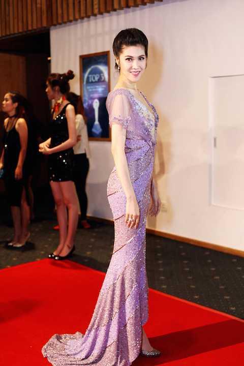 Cũng là đầm sequin, MC Thu Hằng chọn tông màu tím tôn lên nước da trắng trên thảm đỏLễ trao giải POPS Awards 2015.