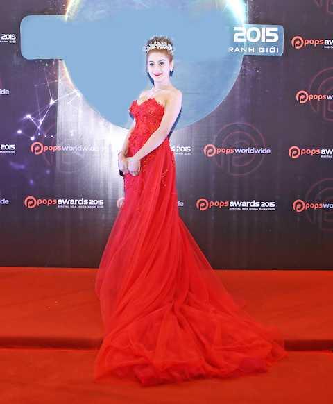 Bên cạnh sequin, trang phục tông màu đỏcũng là xu hướng thời trang của mùa lễ hội. Nữ ca sĩ Khanh Chi Lâm trở thành tâm điểm của sự kiện với chiếc đầm đỏ cúp ngực đính hoa lộng lẫy.