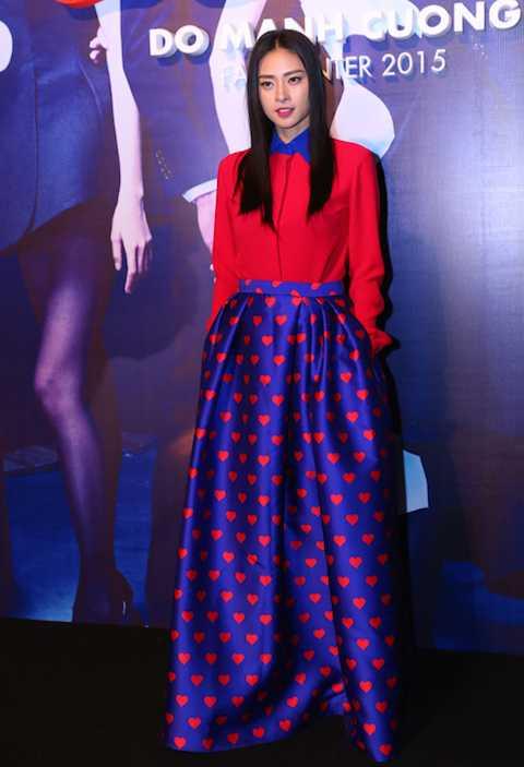 Ngô Thanh Vân xuất hiện thanh lịch, trang nhã với set đồ xanh-đỏ trong show diễn thời trang hoành tráng của Đỗ Mạnh Cường tại Hà Nội thứ 7 vừa qua.