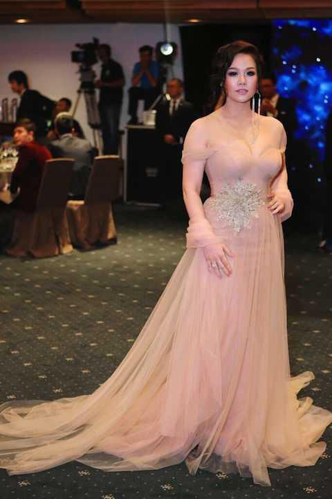 Với đầm pastel ngọt ngào, nữ tính, thắt lưng hoa tuyết lấp lánh là điểm nhấn hoàn hảo tôn lên dáng vẻ đài các của Nhật Kim Anh. Nữ ca sĩ vừa qua đã vinh dự nhận giải