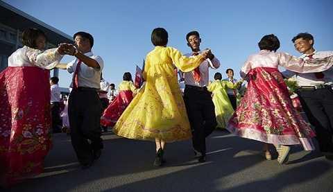 Những người dân Triều Tiên nhảy múa trong ngày Quốc khánh