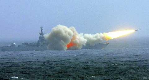Tàu chiến Trung Quốc bắn tên lửa trong một cuộc tập trận