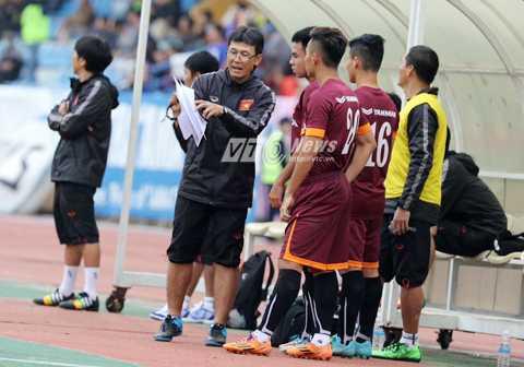 Trợ lý Công Minh căn dặn các học trò trước khi vào sân (Ảnh: Quang Minh)