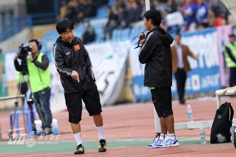HLV Miura nổi cáu với các học trò ở bên ngoài sân (Ảnh: Quang Minh)