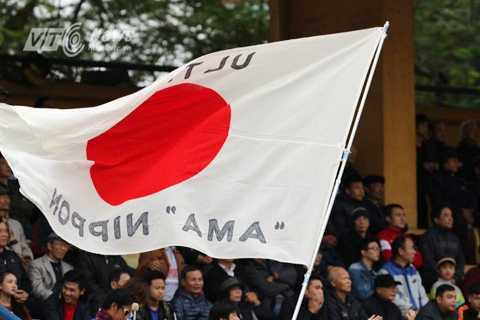 CĐV JFL Selection cổ vũ nhiệt tình trên khán đài (Ảnh: Quang Minh)
