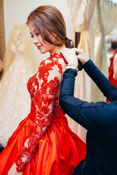 Cô tâm sự, đám cưới ở Vĩnh Long sẽ diện trang phục của NTK trong nước, còn đám cưới tại TP.HCM cô sẽ diện váy cưới được ông xã mua tại tại Ý dành tặng cô.