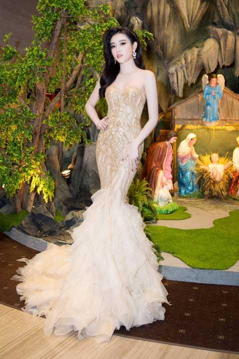 Kiểu dáng cúp ngực với kỹ thuật đính ren vàng lấp lánh của bộ váy phù hợp với vóc dáng quyến rũ và giúp Á hậu Việt Nam khoe khéo làn da trắng ngần.