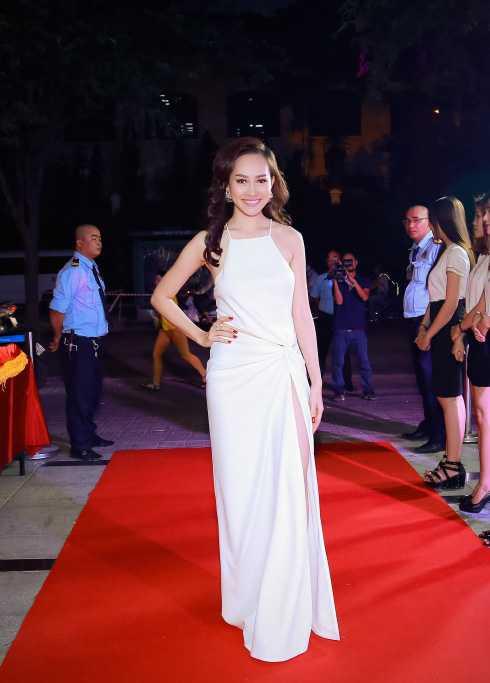 Xuất hiện tại sự kiện, Á hậu Việt Nam Toàn cầu 2013 Kim Duyên khoe vẻ nóng bỏng với váy xẻ cao và lưng trần nõn nà.