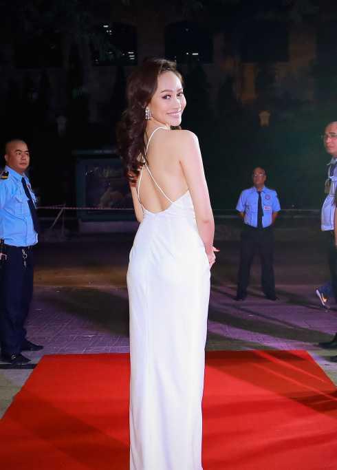 Người đẹp khoe trọn lưng trần tại sự kiện.