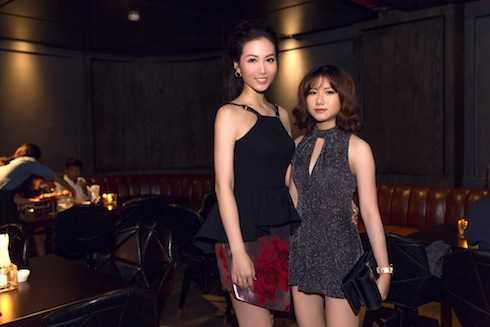 Em ruột Trang Anh đến mừng chị gái.