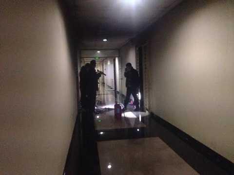 Cảnh sát PCCC tiếp cận tầng 18 chữa cháy