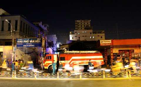 Đám cháy ngay sát cây xăng, khiến nhiều người 1 phen hoảng hốt.