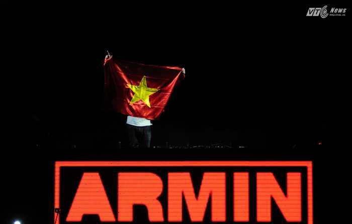 Armin xuất hiện với quốc kỳ Việt Nam - Ảnh: Tùng Đinh