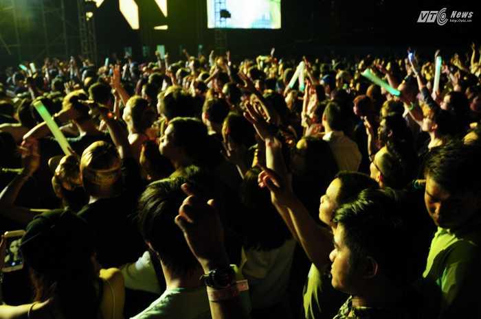 Hơn 15.000 khán giả đã có mặt trong đêm nhạc của Armin - Ảnh: Tùng Đinh