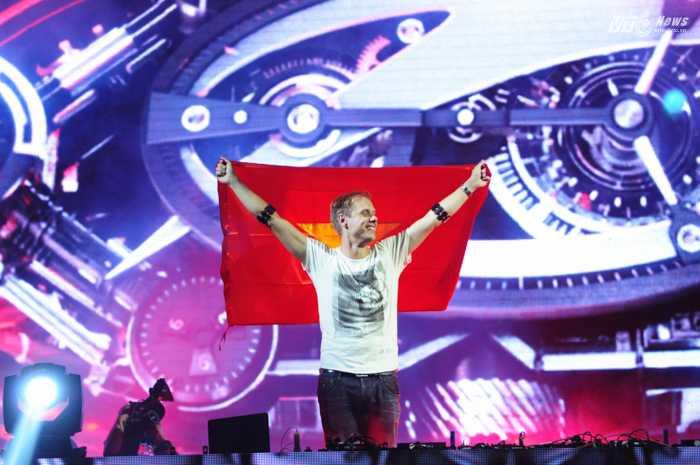 Hành động này được sự ủng hộ mãnh liệt từ hơn 15.000 khán giả có mặt tại đêm nhạc - Ảnh: Tùng Đinh