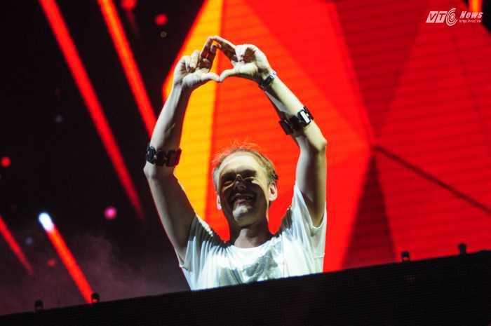 Armin hoàn toàn làm chủ sân khấu với những tác phẩm độc đáo của mình - Ảnh: Tùng Đinh