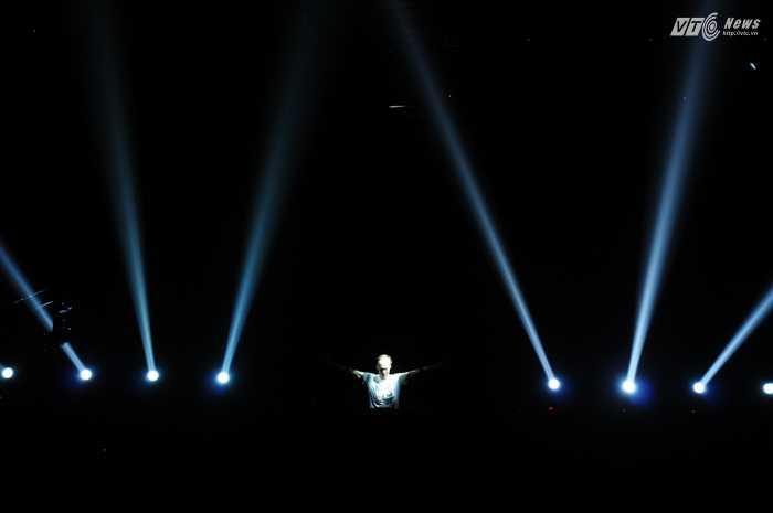 Khán giả được dẫn dắt qua nhiều cảm xúc với những cung bậc âm nhạc khác nhau của Armin - Ảnh: Tùng Đinh