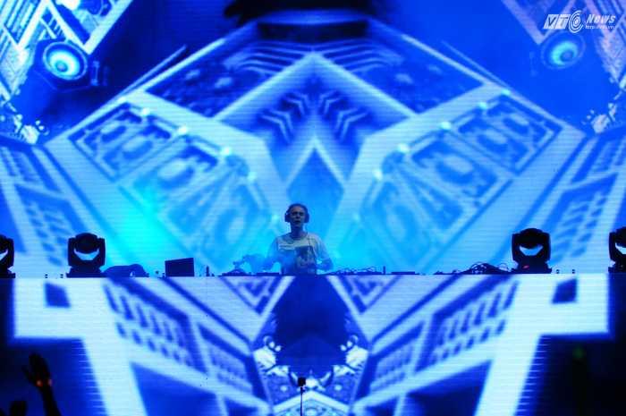 Armin hòa lẫn vào sân khấu huyền ảo của mình - Ảnh: Tùng Đinh
