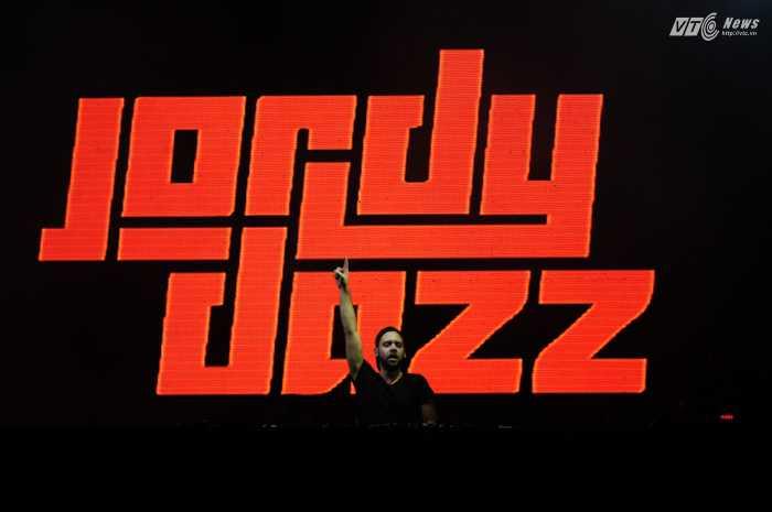 Bên cạnh Armin, cũng có nhiều DJ nổi tiếng khác biểu diễn trong đêm nhạc 13/12, trong ảnh là Jordy Dazz - Ảnh: Tùng Đinh