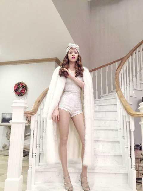 Hồ Ngọc Hà khoe dáng sang trọng trong một thiết kế của Lý Quý Khánh. Có vẻ đây sẽ là trang phục biểu diễn mùa lễ hội sắp tới của nữ ca sĩ.