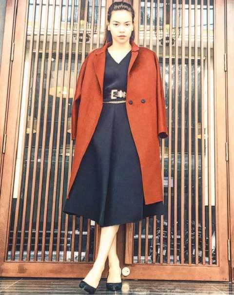 Áo khoác dài thích hợp với vóc dáng thanh cao nên rất được Hồ Ngọc Hà yêu thích. Cô phối với mọi trang phục, từ đầm xòe nữ tính, quần jeans - áo sweater giản dị cho đến đầm ôm gợi cảm.