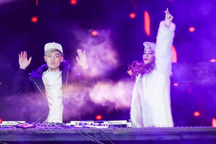 Trong chương trình, Hồ Ngọc Hà đã có những giây phút cháy hết mình bên các DJ đình đám nhất Việt Nam hiện nay như DJ Get Looze, DJ Tyty, DJ Huy DX và DJ Minh Trí. Cô mang tới các tiết mục sôi động như   Dance with Ho Ngoc Ha, Dance all the night, Xin hãy thứ tha remix... Sự   góp mặt của