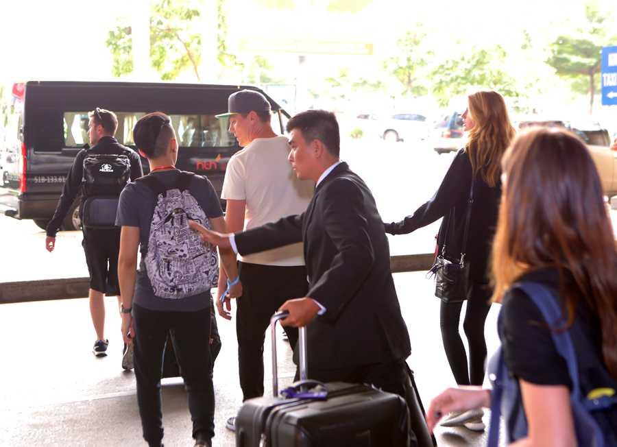 Sau khi đặt chân xuống sân bay Tân Sơn Nhất, DJ Tiesto nhanh chóng lên xe về khách sạn nghỉ ngơi để chuẩn bị cho buổi diễn vào tối cùng ngày tại quận 7, TP HCM.