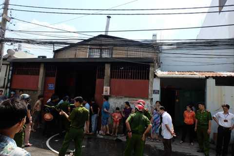 Khoảng 1h đồng hồ phun nước, đám cháy đã được khống chế hoàn toàn.