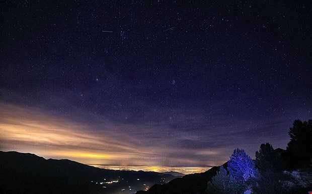 Mưa sao băng Geminids được chụp vào đêm thứ bảy ở Maira Valley, phía Bắc Italy.