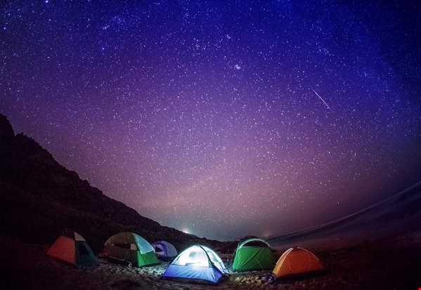 Mưa sao băng Geminids ở Ka'ena Point Beach, Oahu của nhiếp ảnh gia Anthony Quintano