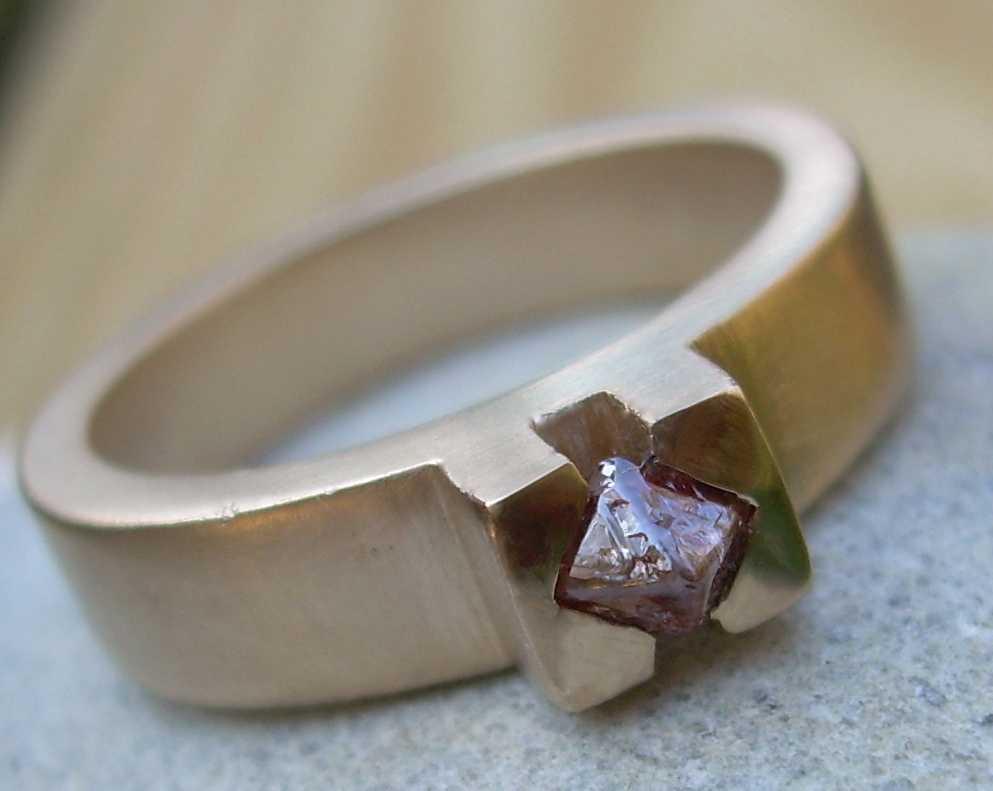 Người đàn ông khôn ngoan nhờ bán chiếc nhẫn với giá hơn một đồng tiền vàng.