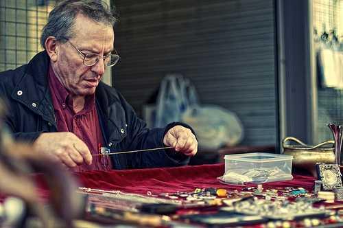 Cuối cùng anh hỏi giá một người thợ nữ trang.