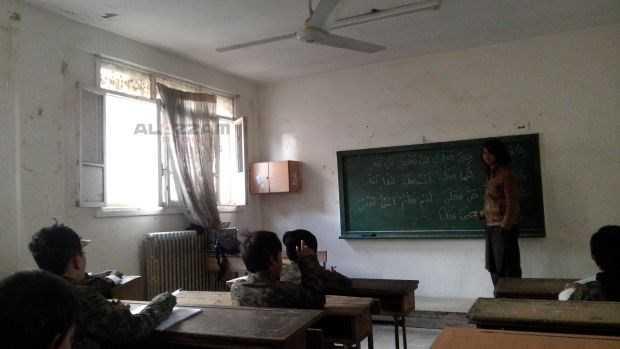 Những đứa trẻ thuộc IS trong một lớp học trong bức ảnh do Trại huấn luyện Abdullah Azzam công bố