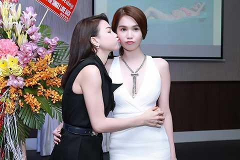 Đáp lại tình cảm đó của Ngọc Trinh, người đẹp Cà Mau cũng đã ôm hôn cô bạn thân một cách thắm thiết.