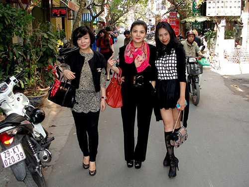 Bạn gái Tùng Dương (áo kẻ ca rô ngoài cùng bên phải) trong một số bức ảnh hiếm hoi chụp cùng bạn bè.