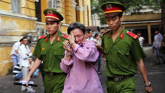 Bị cáo Tân bị dẫn giải về trại tạm giam sau phiên xử