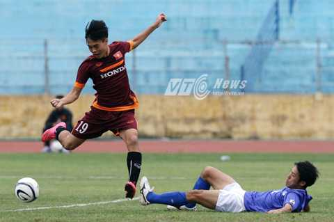 Văn Toàn đoạt bóng của hậu vệ JFL Selection... (Ảnh: Quang Minh)